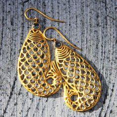 Boucles d'oreilles poisson en or et saphirs par Claire de Divonne poir l'Atelier des Bijoux Créateurs.