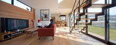 吹抜を囲むスキップフロア住宅: 株式会社プラスディー設計室が手掛けたリビングです。