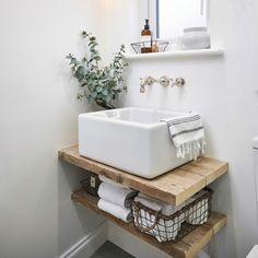weiße verputzte Wände im kleinen Bad ohne Fliesen Bathroom Design Small, Diy Bathroom Decor, Bathroom Interior Design, Bathroom Designs, Bathroom Wall, Bathroom Layout, Bathroom Styling, Bathroom Remodeling, Designs For Small Bathrooms