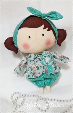 Boneca Tilda feita em tecido de algodão.   Mede aproximadamente 33 cm de altura.   Roupas e cabelo podem ser personalizados, assim como a cor da pele.