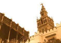 La Esperanza Macarena y la Esperanza de Triana tuvieron que refugiarse en la Catedral por la lluvia. Cuando pasó el chubasco, ya de día, las dos salieron a la calle....... primeras horas de la mañana, con el rocío empapando las calles, esperándolas estaba toda Sevilla.