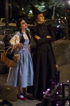 Bridget Moynahan and Sami Gayle in Blue Bloods Mother Daughter Halloween Costumes, Dorothy Halloween Costume, Character Halloween Costumes, Best Celebrity Halloween Costumes, Family Halloween Costumes, Halloween Kostüm, Dorothy Gale Costume, Wicked Witch Costume, Nerd Costumes