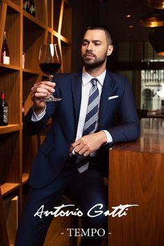 Costumul bleumarin  este o piesa clasica din garderoba oricarui barbat  care se respecta.  Materialul din care este realizat provine de la renumitul producator italian DRAGO  si este un amestec  subtil  de lana cu matase (80 % - 20 %).  Completati-va tinuta adaugandu-i o camasa alba, bleu, sau lila si una din cravatele dumneavoastra preferate.  Veti fi barbatul care va capta toata atentia celor din jur. Mens Fashion, Costumes, Fit, Style, Moda Masculina, Swag, Man Fashion, Dress Up Clothes, Shape