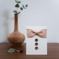 DIY tyylikäs isänpäiväkortti. Nahkainen rusetti on helppo toteuttaa ja lisäksi teema sopii niin isälle kuin isoisällekin!