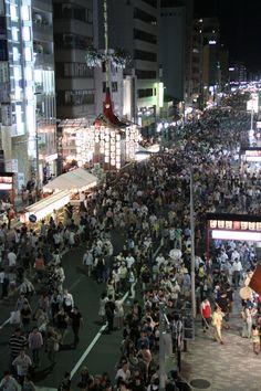 On Shijo St. in Kyoto. 7/15の四条通り、月鉾付近。すごい人出です。 祇園祭 京都 kyoto gion festival    #Kimono #Japan http://www.rakuten.co.jp/aiyama/