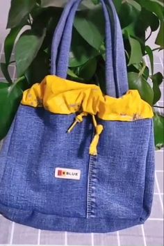Diy Jeans, Denim Bags From Jeans, Denim Bag Patterns, Bag Patterns To Sew, Denim Handbags, Diy Bags Purses, Denim Ideas, Denim Crafts, Recycled Denim