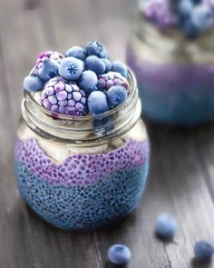 joLayered breakfast jars ✨ Filled with two layers of chia pudding: blue colored vanilla and blueberry for purple Used natural blue food color from a recipe byfeastingonfruit Topped with banana slices, frozen blackberries & blueberries! Resharing as I love it so much!