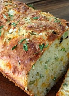 Cheese, Olive and Buttermilk Herb Bread -- this looks wonderful for dipping in hearty fall soups!Queijo, Olive e Buttermilk Herb Bread - este parece maravilhoso para mergulhar em sopas queda saudáveis! Think Food, I Love Food, Good Food, Yummy Food, Fun Food, Great Recipes, Favorite Recipes, Herb Bread, Garlic Bread