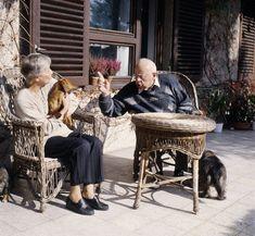Stanisław Lem z żoną Barbarą przed swoim domem, fot. Witold Gorka / Forum