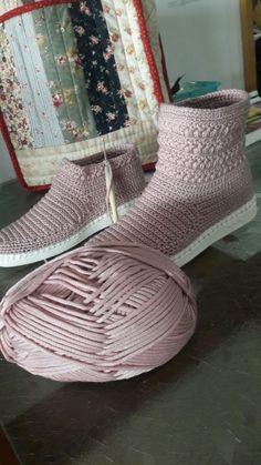 Crochet Boot Socks, Easy Crochet Slippers, Soft Slippers, Crochet Sandals, Crochet Shoes Pattern, Shoe Pattern, Crochet Patterns, Knit Shoes, Sock Shoes
