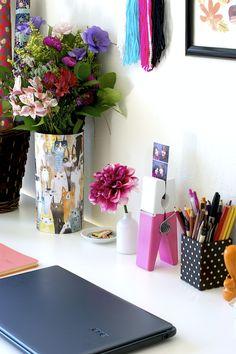 Weißer Schreibtisch, Vase Mit Katzen, Stifthalter Mit Vielen  Kugelschreibern Und Bleistiften, Große Chrysantheme