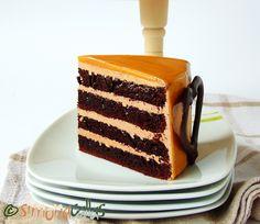 Dark sponge cake, caramel frosting, all covered in caramel glaze – simple but nice flavored, this cake is divine. Chocolate Caramel Cake, Caramel Frosting, Chocolate Flavors, Victoria Sponge Cake, Swiss Meringue Buttercream, Cheesecakes, Tiramisu, Ethnic Recipes, Desserts