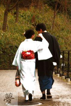 Sweet japanese couple walking in Kiyomizu Dera (Kyoto)