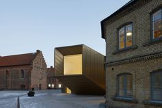 Domkyrkoforum – Cathedral Forum by Carmen Izquierdo. Kinda cheeky. That's a brass alloy cladding.
