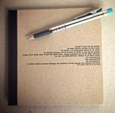 Cuaderno fabricado con papel reciclado, tapas en cartoné con texto impreso y tela en el lomo.
