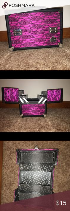 Caboodles makeup case with Lock and Key Small to medium sizes caboodles makeup case, comes with a lock and a key Caboodles Makeup Brushes & Tools