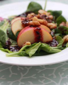 Feldsalat mit Karamell Walnuss, Apfel und Blaubeer-Dressing