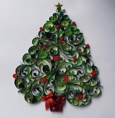 C'est une belle œuvre d'art à accrocher pour les vacances et ajouter un peu de l'esprit des fêtes à n'importe quelle pièce de la maison. Piquants dans les tons de vert avec des touches de rouge. Il peut être fait dans d'autres couleurs si vous préférez. Un autocollant bouffi étoile orne le haut (dans cette photographie mais j'avons depuis commencé à fabriquer le papier étoile piquants) et un nœud rouge est fixé sur le support de l'arbre.  Comme avec beaucoup de nos articles, cet arbre est…
