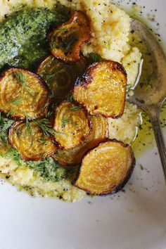 Creamy Polenta with Crispy Beets + Dill Pistachio Pesto : withfoodandlove Vegetarian Recipes, Cooking Recipes, Healthy Recipes, I Love Food, Good Food, Pistachio Pesto, Polenta Recipes, Creamy Polenta, Roasted Beets