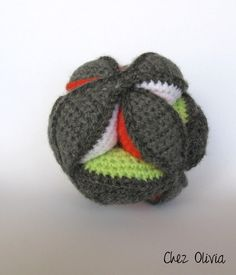 Montessori crochet ball: the French tutorial Crochet Ball, Crochet Diy, Crochet Amigurumi, Crochet Slippers, Crochet Home, Crochet For Kids, Crochet Children, French Tutorial, Tods Bag