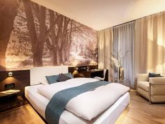 Derag Livinghotel Am Viktualienmarkt München Located beside the historic Viktualienmarkt marketplace in Munich city centre, this environmentally friendly hotel features a gym, 24-hour reception and free Wi-Fi. Marienplatz Square is 200 metres away.
