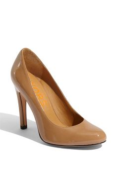 I have been on the hunt for nude pumps. Love these.