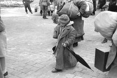 a russion child being released from a concentration camp in 1945 | foto: henri cartier-bresson