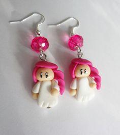 boucles d oreilles petite fille poupée aux cheveux rose fimo enfant robe blanche : Boucles d'oreille par fimo-relie