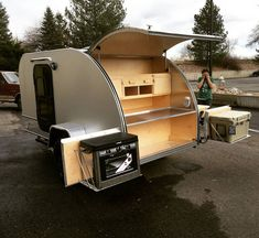caravan teardrop With the doors opened, you will gain an additional 5 feet of kitchen countertop! Building A Teardrop Trailer, Teardrop Trailer Plans, Teardrop Camper Trailer, Off Road Camper Trailer, Trailer Diy, Trailer Build, Teardrop Trailer Interior, Shasta Trailer, Airstream Interior