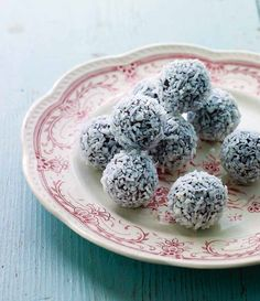 Havregrynskugler (cocoa & oatmeal no-bake balls) Christmas Lunch, Vegan Christmas, Christmas Treats, Danish Christmas, Christmas Recipes, Danish Cake, Danish Food, Candy Recipes, Sweet Recipes