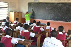 Here is Elizabeth teaching a punctuation lesson! | www.frontiergap.com | #Ghana #teaching #volunteering #FrontierVolunteer