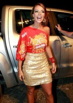 Look Carnaval: Paolla Oliveira abadá customizado  blusa de um ombro só saia dourada - Le Fashion Quotidien