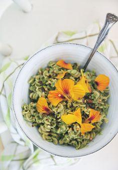 Krasse & avokadopesto   Det gröna skafferiet Avocado Pesto Pasta, Easy Weeknight Dinners, Risotto, Curry, Vegetarian, Vegan, Ethnic Recipes, Food, Dekoration