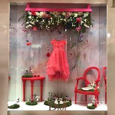 (A través de CASA REINAL) DIOR | Paris. Visual Merchandising. Retail store window display. Women's clothing / accessories. Pink. Red.