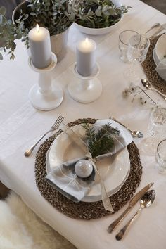 To add an understated, yet charming look to your fine tableware: Take a small fir branch, a Christmas bauble and a length of wide jute ribbon, and tie a simple napkin knot. #myIKEA #xmas #tablesetting #nordic #winter #style #scandinavian #skandi #candlestick #DIY #candles #home #natural #decoration #interior #christmasdecor #Weihnachten #Weihnachtsdekoration #Tischdeko Christmas Time Is Here, All Things Christmas, Decoration Table, Xmas Decorations, Christmas Baubles, Winter Christmas, Christmas Table Settings, Decorating Coffee Tables, Winter House