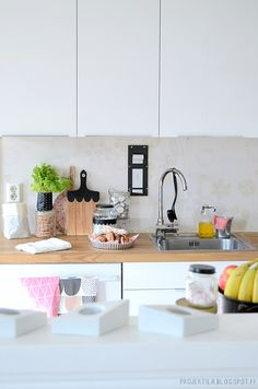 kitchen Kitchen Dishes, Kitchen Dining, Kitchen Cabinets, Kitchen White, Kitchen Stuff, Modern Furniture, Home Furniture, Home Kitchens, Ikea Kitchens