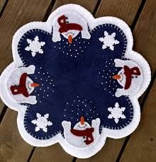 """Mantel de muñecos de nieve - Handstitched """"Let It Snow"""" Wool-Felt Penny Rug - Candlemat Christmas Projects, Felt Crafts, Holiday Crafts, Christmas Sewing, Felt Christmas, Christmas Ornaments, Xmas Tree Skirts, Felted Wool Crafts, Penny Rugs"""