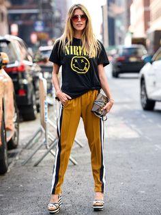 ニルヴァーナのTシャツにラインパンツというリラックスムードたっぷりな着こなしも、今季のコレクション会場ではIN! ただし、裾をキュッと結んでアンバランスに仕上げたり、パンツはテーパードシルエットを選んだ...