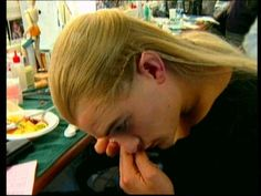behind the scenes - Legolas putting on his contacts XD Legolas And Thranduil, Tauriel, Aragorn, Tolkien, Lotr Cast, O Hobbit, Desolation Of Smaug, Film Movie, Movies