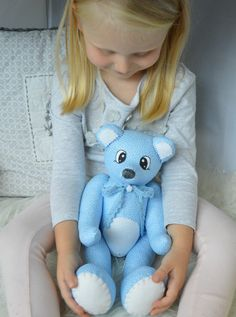 Medvědí+chlapeček+Méďa+je+ušitý+z+kvalitní+bavlny,+zahraniční+kolekce,+modré+barvy.+Plněný+je+dutým+vláknem.+Malovaný+akrylovými+barvami.+Vhodný+jako+dekorace+do+dětského+pokoje,+či+mazlík+pro+větší+děti.+Na+tlapku+je+možné+vyšít+jméno+nového+majitele,+či+majitelky.