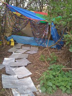 I'm a teacher, get me OUTSIDE here!: Reading Books Outdoors- going on a bear hunt, it's a cave! Eyfs Outdoor Area, Outdoor Play Areas, Outdoor Forts, Outdoor Learning Spaces, Outdoor Education, Play Spaces, Small Spaces, Creative Area Eyfs, Communication Friendly Spaces