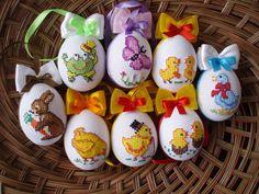 Velikonoční+kraslice+Velikonoční+kraslice+jsou+zdobené+ruční+výšivkou.Výšivka+je+nalepená+na+vyfouklé+vaječné+skořápce.+Stužky+se+můžou+lišit.Cena+za+1ks.