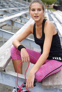 Für das regelmäßige Workout muss man nicht unbedingt ins Fitnessstudio gehen. Mit der bequemen und funktionellen Kombi aus schlichtem Top und trendiger ¾-Hose macht das Training zu Hause doppelt Spaß. Das Springseil von Christopeit Sport und die Schweißbänder von Kempa bringen die Extraportion Effizienz.