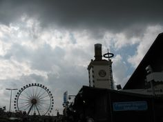 ... was nun? Sonne oder Regen? Das Riesenrad im Hintergrund ist eine gute Möglichkeit, einen herrlichen Blick über München zu haben ... am besten bei strahlendem Wetter ...