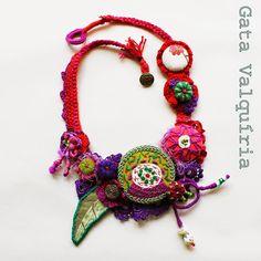 Crochet, feutrine, broderie, couture, une merveille de collier créé par Anabela Joana