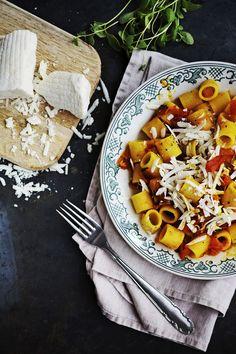 """Italiaan asettunut Riikka Sukula nauttii paikallisesta runsaan makuisesta pastasta. """"Joskus, kun Jyrki on poissa, keitän penneä, jota lapset syövät..."""