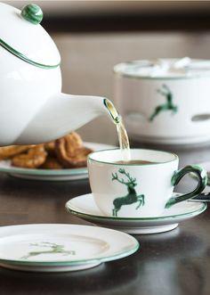 Die passende Teekanne mit Stövchen gibt es natürlich auch im Design Grüner Hirsch aus der Gmundner Keramik Manufaktur - handgefertigt seit 1492 Cuisines Diy, Kitchen Decor, Kitchen Stuff, Tea Pots, Tableware, Design, Handmade, Salzburg, Boho