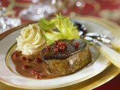 Steak vom Hirsch mit Preiselbeersoße und Selleriebrei ist ein Rezept mit frischen Zutaten aus der Kategorie Hirsch. Probieren Sie dieses und weitere Rezepte von EAT SMARTER!