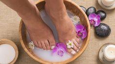 6 receitas de escalda pés para fazer depois das festas e relaxar
