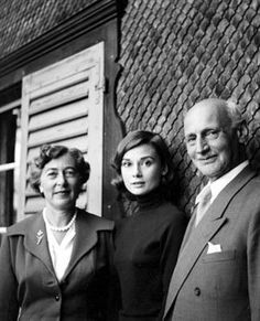 El padre de Ana Frank, Otto y su segunda esposa, Fritzi visitó Audrey en Bürgenstock, Suiza. Foto por Mel Ferrer.